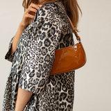 Becksondergaard Patent Moni Bag Tapenade voorkant model vrouw schoudertas